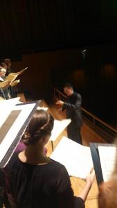 Dirigent Samuel Lind genomför soundcheck med Nya Motettkören.